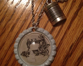 Bottle cap sewing machine necklace! Sewing-bottle cap jewelry-chic-sewing machine-spool of thread-charm