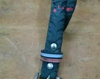 cintura realizzata con copertone di bicicletta nero e rosso VANEON