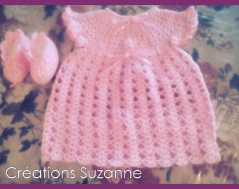 Pretty dress and pink booties for baby decorated whith pink ribbons