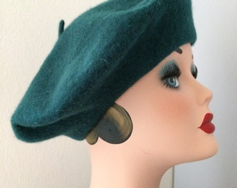 Vintage 1970s Woman Beret / 70s Wool Basque / Hat / Moss Green