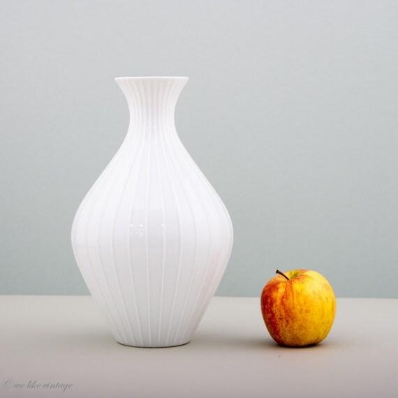 vintage grand vase rond blanc maill en par welikevintage. Black Bedroom Furniture Sets. Home Design Ideas