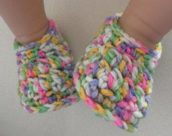 Crochet baby shoes for babies age 0-3 months. A unique baby gift!