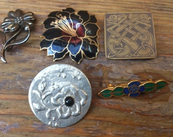 vintage lot of five brooches/pins