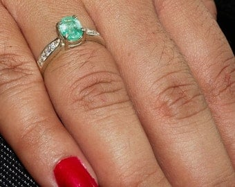 Stunning Gemstone Ring with an oval shaped green Emerald Sterling Silver 925 size 6.5 (GR457)