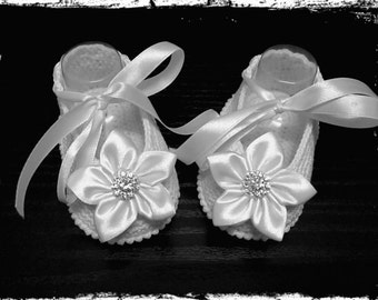Crochet Baby Ballet Slippers.White satin Crib Shoes with Diamonds.Hand crocheted Mary Jane booties with Satin Flowers. Baby Ballet Flats.