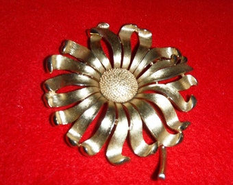 VINTAGE Large SUNFLOWER brooch in a gold tone ,