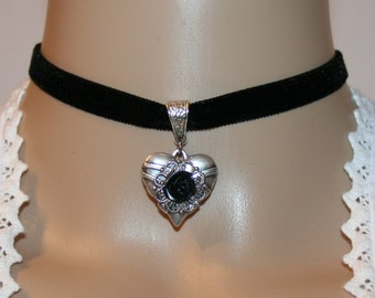 Heart with rose and velvet choker black-coloured