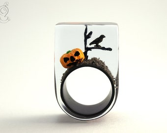 Halloween – creepy pumpkin ring with an orange plastic mini-pumpkin, limb and a crow on a black ring made of resin