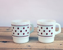 Nice  Termocrisa milk glass cups with strawberries  design