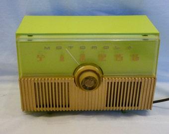 1951 Motorola Model 52H14U plastic 5-tube table top radio