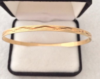 14K Solid Gold Bangle Bracelet Diamond Cut. Beautiful new condition Signed - B - 14k = 585 Gold - 5.3 Grams