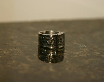 Stainless steel spoon ring with a floral design. R51