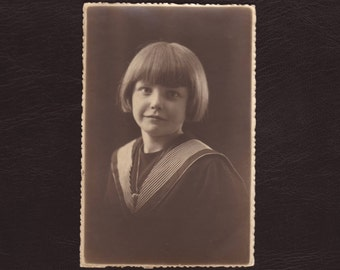 Pretty young girl portrait, Belgian photo card - Art deco black & white - Vintage, antique photograph, picture - Snapshot - ca 1930 (C10-10)