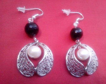 Pair of silver Pearl Earring black coral facet and White Pearl
