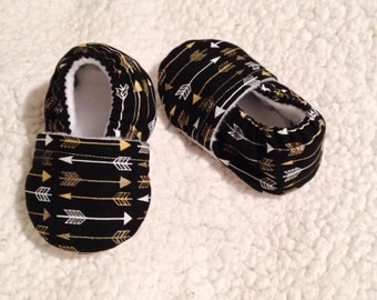 White & Gold arrows in Black Baby Booties (Prints may vary), Baby Booties, Crib shoes, Baby shoes, Baby shower gift