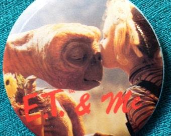 ET Pin Button, Picture of Gertie (Drew Barrymore) Kissing ET