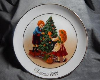 "Vintage Avon Christmas Memories Plate 1982 "" Keeping the Christmas Tradition"""
