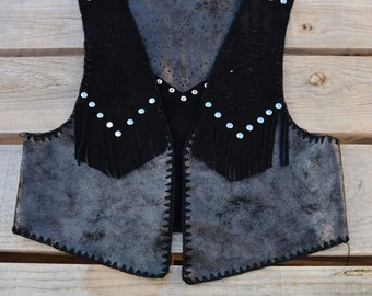 Vest of leather and crochet.