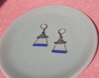 Fine dangling earrings in brass and blue beads