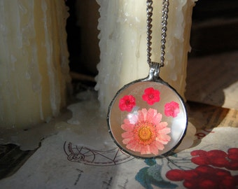 TERRARIUM necklace, wildflower necklace, red daisy necklace, terrarium jewelry, gift, plant jewelry, botanical jewelry, pressed flower