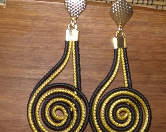 Earring Caracol Hand Crafted with Golden Grass and black fiber