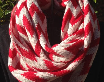 Infinity knitted scarf. Zigzag pattern