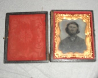 Civil war tin type photo in hinged leather box with latch
