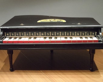 Stunning little English children's piano 1936, all original and very good condition.
