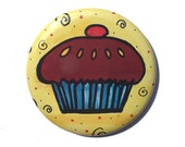 Cupcake magnet, pin or po...