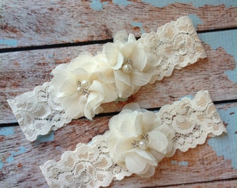 Ivory Wedding Garter /  lace garter / toss garter included /  wedding garter / vintage inspired lace garter/ Ivory FLowers