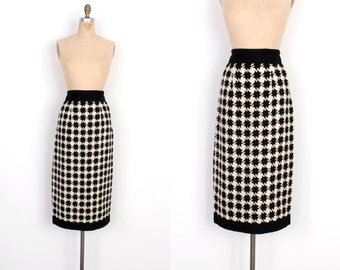 Vintage 1950s Skirt / 50s Houndstooth Wool Pencil Skirt / Black and White (small S)