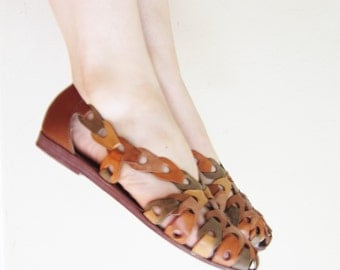 Vintage 1980s Modern Huarache Sandal in Brown and Tan / 80s Sandals Shoes in Woven Leather / 7