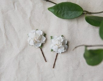 white flower hair pin // set of two / bridesmaid hair accessory, flower bobby pins, floral hair clip summer woodland garden