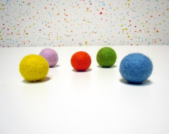 Cat toys / Kitten toys. Set of 5 colorful handfelted cat toys balls.