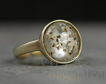 Brass gold ring with tiny dried flowers in eco-friendly resin. Gold grey. Adjustable. Stackable. Gift for her.