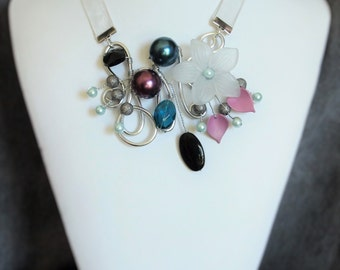 Flower and wire necklace with earrings