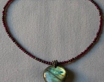 VERONESE. Collier en pierres naturelles (labradorite, pyrite, grenat)