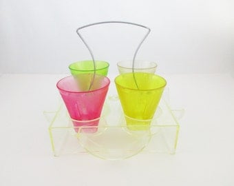 Retro Lucite Beverage Holder With Four Glasses - Drinking Glasses in Clear Plastic Holder - 4-6 Oz. Glasses - Arched Metal Handled Carrier