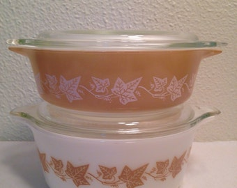 Pair of Mid Century PYREX Cinderella Casserole Dishes in Sandalwood Pattern 1961-63, 2 Glass Bowls w/ Lids, Tan & White Ivy Cookware