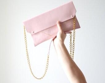 Pochette en cuir rose quartz, de taille moyenne, avec une chaîne laiton antique en bandoulière | C3PO QUARTZ