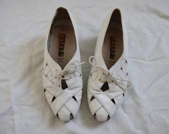White leather shoes brogues Cut out lace up pumps womens low heels mod retro kitsch Vintage Oxfords tie UK 4 US 6.5 EU 37
