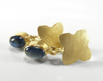 Earrings in gold, yellow gold, matt dark blue sapphire cabochon - handforged by SILVER LOUNGE