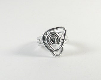 Aluminium wire-wrapped geometric woman ring.