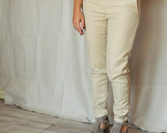 Women slim trousers in cotton. Cotton pants with pockets in geometric print.