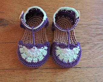 Violet baby sandals crochet pattern. 0 to 6 months. Baby booties pdf