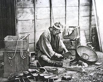 Japan - Japanse schoenmaker 1896 schoenmaker schoenen handelaar leder - professioneel gematteerd Antique Gravure Print Ready to Frame