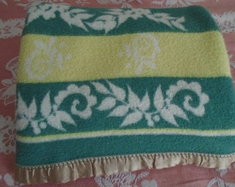 """Vintage 1930s/40s Camp Blanket~ 72 x 61""""~Green/Chartreuse with Leaves~ Reversible~ Cutter or Use"""