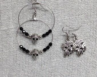 Halloween: 2 pairs earrings and metal skull charm.