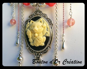 """""""Lucky cat"""" necklace in silver metal."""