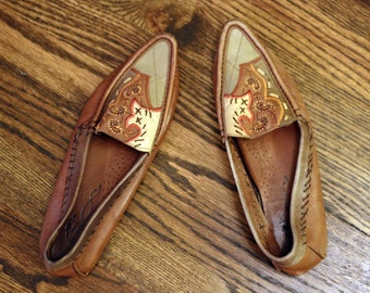 The Oregon Trail Flats: Women's Vintage Boho Pointed Toe Moccasin Shoes